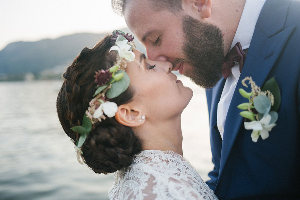 Matrimonio dai colori pastello con ghirlande e molti fiori